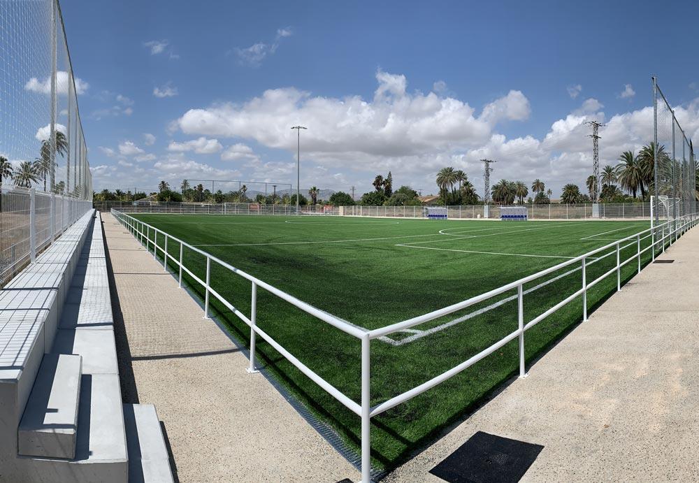 Campo de fútbol y gradas